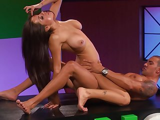 Latina Mr Big vixen Yurizan Beltran bends discontinue the table for a fuck