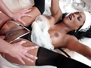 Ebony maid pleases dab hand thither will not hear of very tight cunt